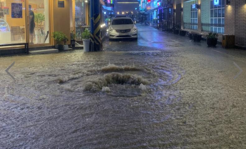 Mưa lớn dẫn tới sụt lở bùn tại các công trình xây dựng, khiến các ga tàu điện ngầm, đường phố ngập như sông. Đường phố biến thành những vũng nước khổng lồ.