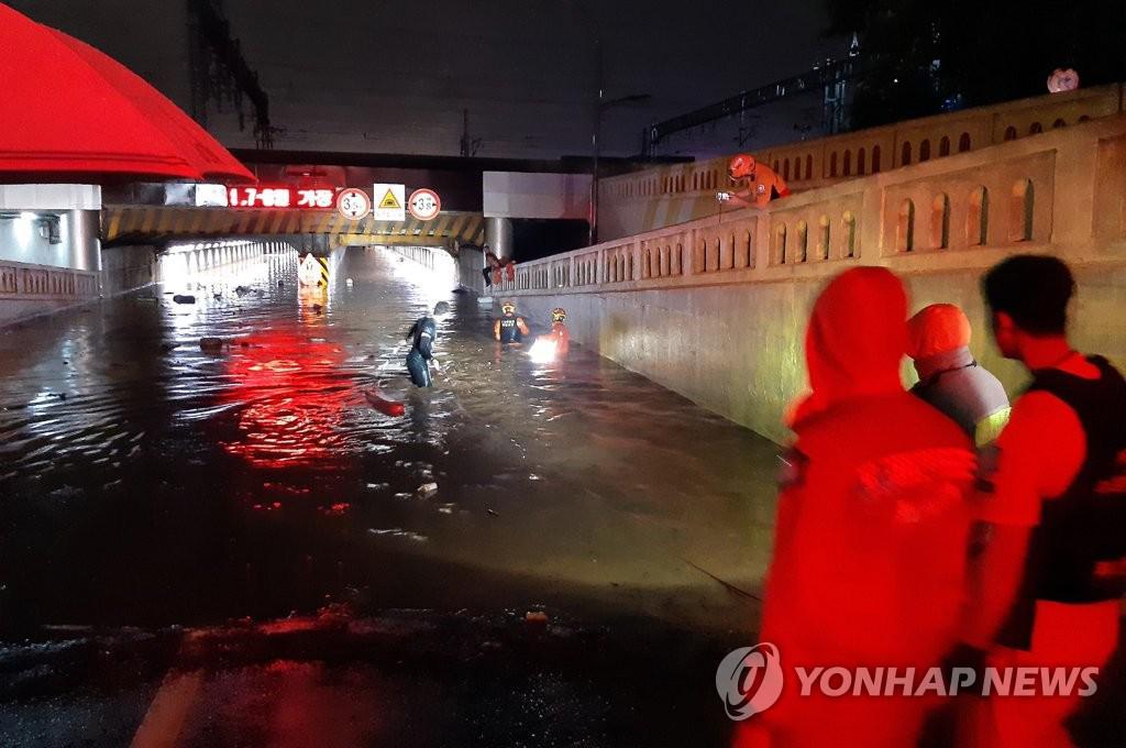 Trận mưa lớn dội xuống khiến một đường hầm chui cao 3,5 m bị ngập nước vào 22h18, tối 23/7. Mực nước ngập trong hầm lên tới 2,5 m.