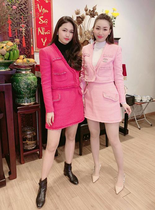 Cặp chị em á hậu Thanh Tú - Trà My đều đã yên bề gia thất, tuy nhiên cả hai vẫn giữ sở thích mặc đồ đôi như còn chung một nhà. Mỗi lần tụ họp, hai chị em lại được khen vì nhan sắc đẹp đều cùng phong cách tương đồng.