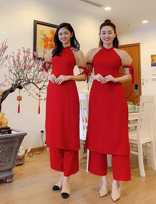 Vì có chiều cao không quá cách biệt, hai cô gái dễ dàng diện chung một kiểu trang phục.