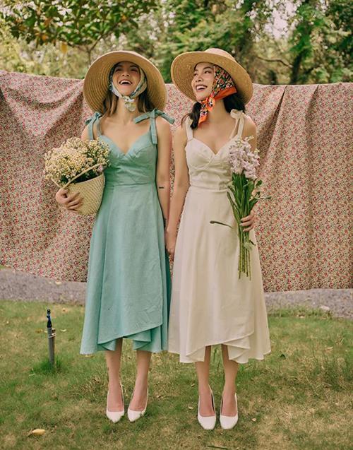 Yến Trang - Yến Nhi nổi tiếng là cặp fashionista của Vbiz với phong cách ăn mặc sành điệu, trẻ trung hơn nhiều so với tuổi thật. Hai chị em cùng sở hữu một shop thời trang nên rất dễ dàng trong việc mặc đồ tông xuyệt tông.