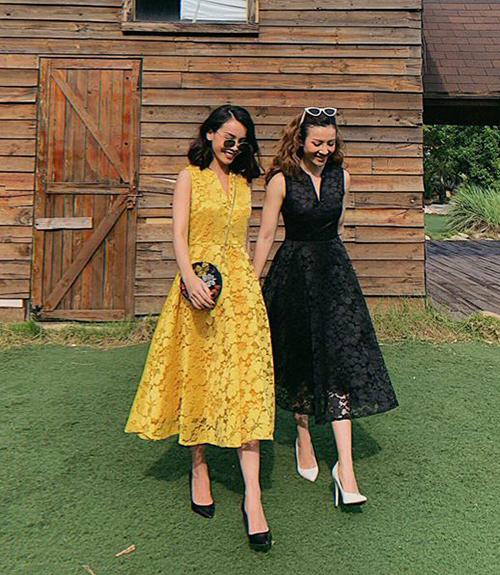 Công thức quen thuộc của Yến Trang và Yến Nhi là diện váy áo giống hệt nhau và kiểu dáng, tuy nhiên mỗi người một màu sắc để tạo điểm nhấn.