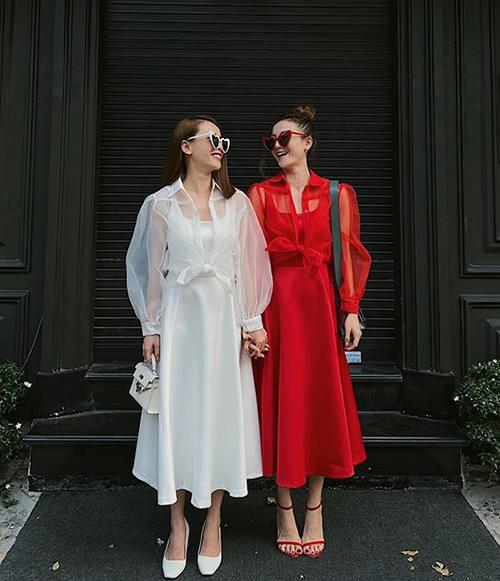 Cùng kiểu trang phục nhưng cả hai luôn biết cách tạo dấu ấn riêng thông qua cách mix phụ kiện. Trong khi Yến Trang cổ điển, nữ tính thì Yến Nhi lại hiện đại, cá tính.