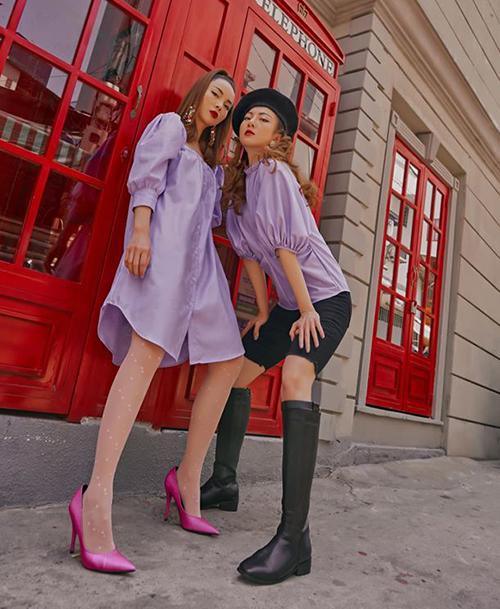 Ngoài việc mặc cùng kiểu đồ, cặp chị em hơn kém nhau 3 tuổi cũng thích diện đồ đôi theo kiểu chung màu sắc, khác biệt phong cách.