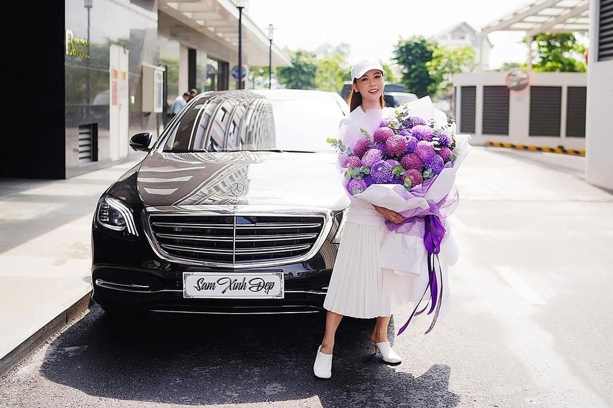 Sam mua xe Mercedes-Benz S 450 L Luxury có giá hơn 5 tỷ đồng hôm 24/7, để phục vụ cho công việc. Kiểu dáng, nội thất sang trọng của xế hộp mới khiến Sam mê mẩn. Ghế phụ phía trước xe có thể gập, giúp nữ diễn viên nằm nghỉ ngơi khi mệt mỏi. Thích tự lái xe di chuyển thay vì nhờ cậy tài xế, Sam lựa chọn mẫu xe mới có tay lái êm, phù hợp với phụ nữ. Năm ngoái, cô từng chi hơn 3 tỷ đồng sắm chiếc Mercedes V250.