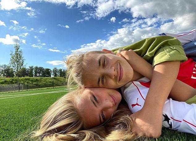 Tuần trước, Romeo đăng ảnh ôm bạn gái trên bãi cỏ.