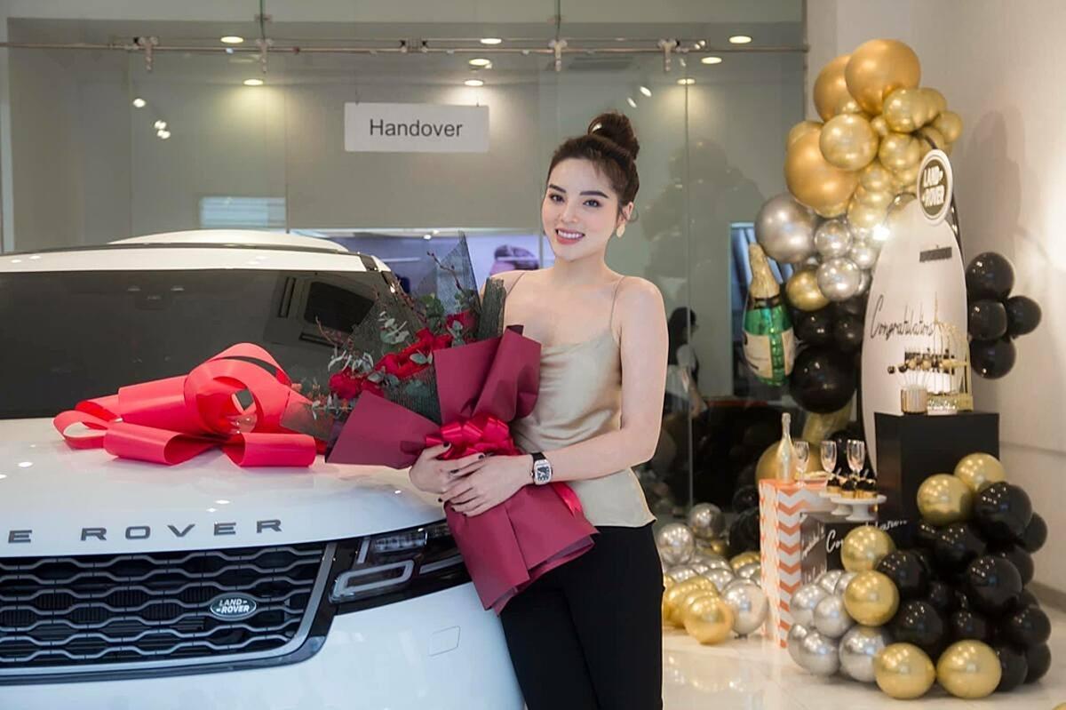Kỳ Duyên vừa tậu xe Range Rover Velar, bản R-Dynamic SE có giá 5,4 tỷ đồng hôm 8/7. Cô mê chiếc xe này đã lâu. Xe màu trắng, đi kèm bộ mâm đa chấu sơn đen khá hợp mệnh với Kỳ Duyên nên cô cảm thấy hạnh phúc, may mắn khi sở hữu xế hộp này. Đây là lần thứ 4 Kỳ Duyên đổi xe. Trước đó, cô từng mua chiếc Jaguar XF vào năm 2014 ngay sau khi đăng quang. Một năm sau, cô chuyển sang dùng chiếc Mercedes-Benz E 200. Trước khi tậu chiếc Range Rover Velar, Kỳ Duyên thường dùng chiếc Mercedes-Benz E 300 AMG để đi event.