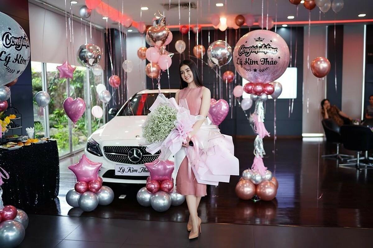 Hôm 3/7, Á hậu Hoa hậu Việt Nam châu Á 2018 - Lý Kim Thảo - mua xe Mercedes Benz C300 AMG có giá gần 2 tỷ đồng. Xe sơn trắng, nội thất nâu. Cô yêu thích thiết kế trẻ trung, năng động của mẫu xe này.