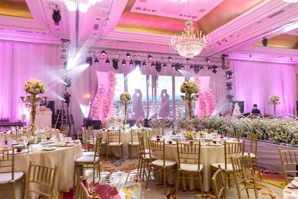 Bên trong khu vực cử hành hôn lễ. Tiệc được trang trí theo phong cách châu Âu với hoa tươi ngoại nhập. Cặp đôi mong muốn có một lễ cưới vui vẻ, ấm cúng nên an ninh được thắt chặt. Để giữ sự riêng tư, khách mời được dặn không chụp ảnh, quay phim, livestream trong quá trình cử hành hôn lễ.