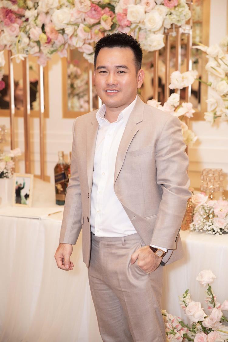 NTK Lê Thanh Hòa có mối quan hệ thân thiết với vợ chồng Thúy Vân. Anh từng thiết kế trang phục cho Á hậu tại cuộc thi Hoa hậu Hoàn vũ Việt Nam 2019.