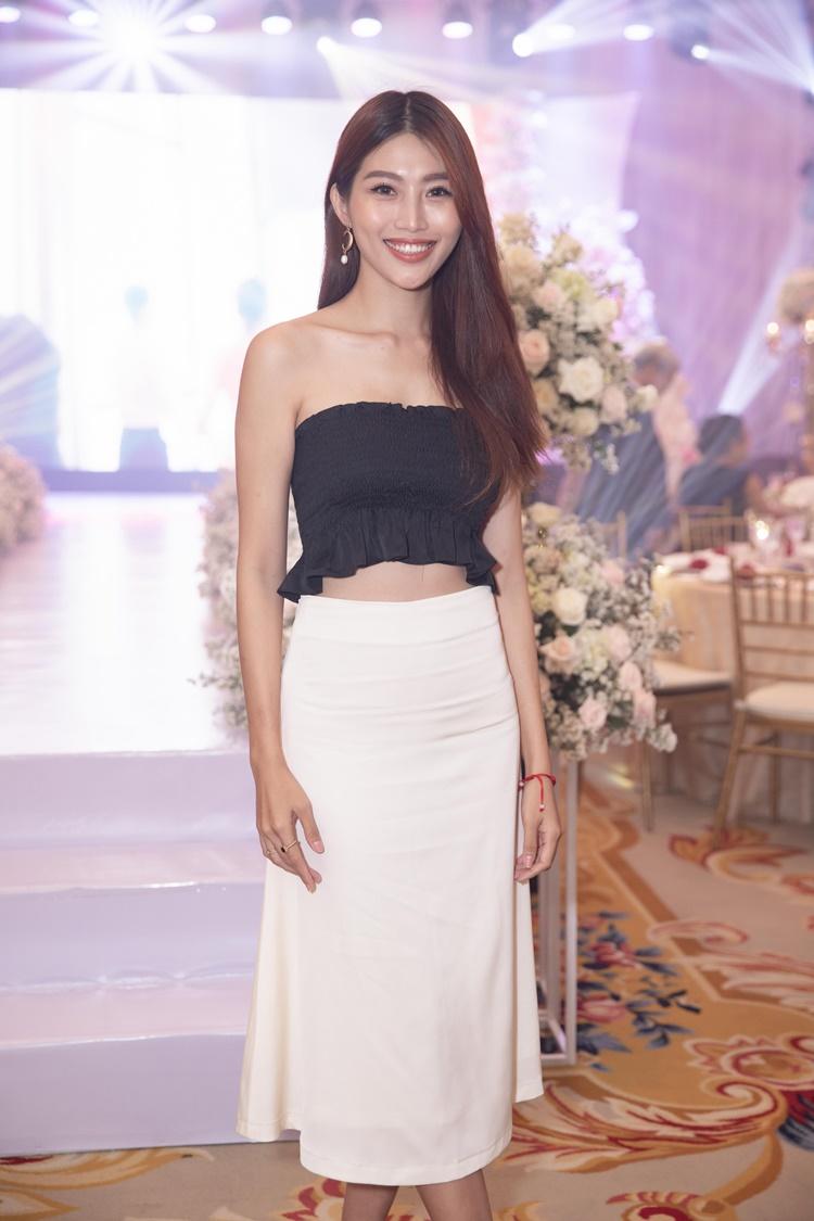 Chế Nguyễn Quỳnh Châu mặc chân váy trắng mix cùng áo cúp ngực mỏng gam màu đen.