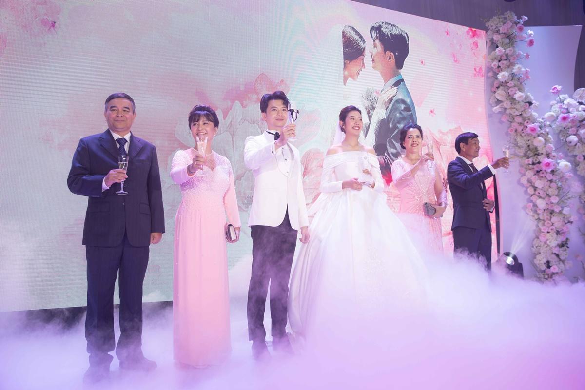 Vợ chồng Thúy Vân cùng bố mẹ hai bên trong tiệc cưới.
