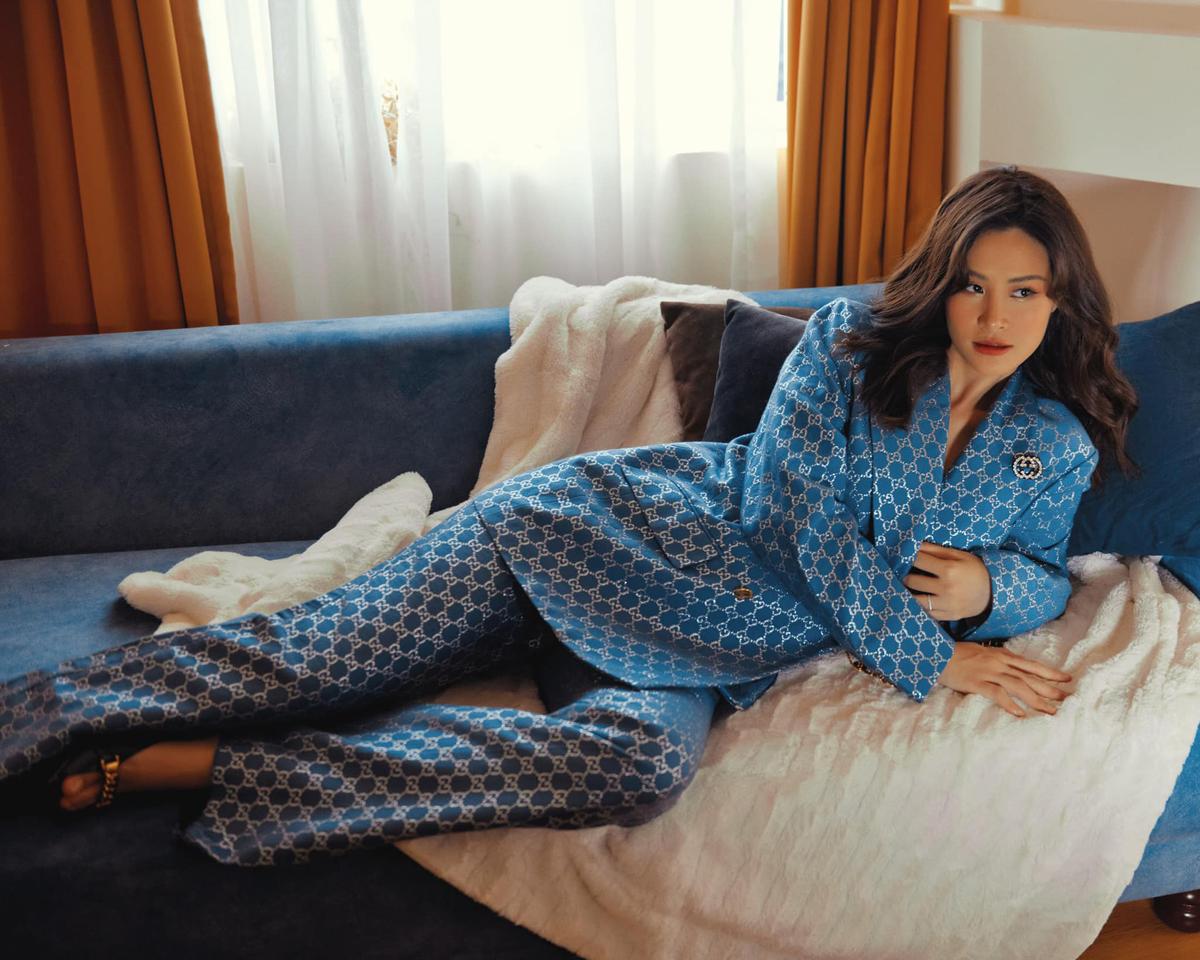 Đông Nhi khéo chọn đồ và cách tạo dáng để che bụng bầu trong bộ ảnh thời trang mới.
