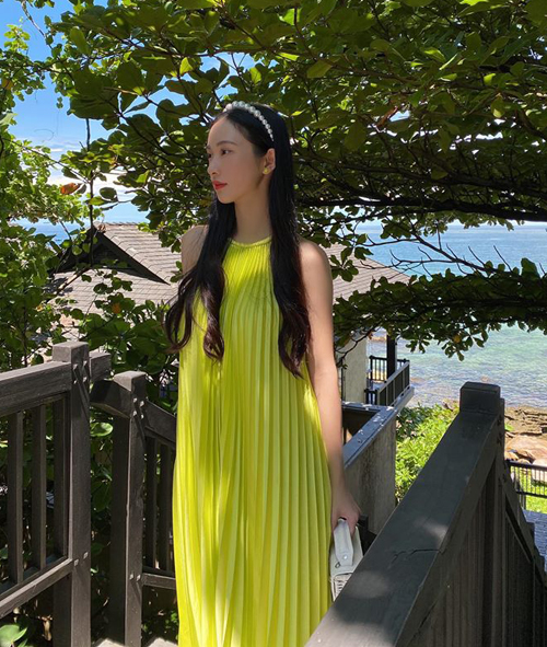 Jun Vũ khoe vẻ đẹp mong manh bên biển Phú Quốc.