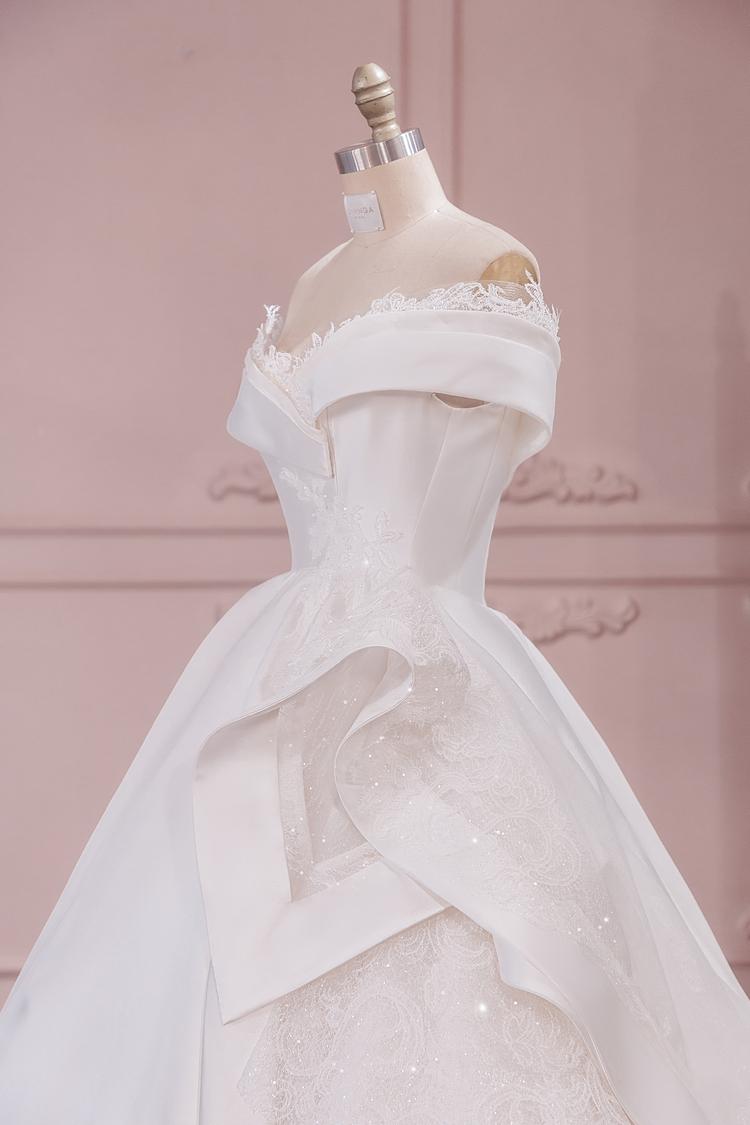 Váy cưới của Thúy Vân.