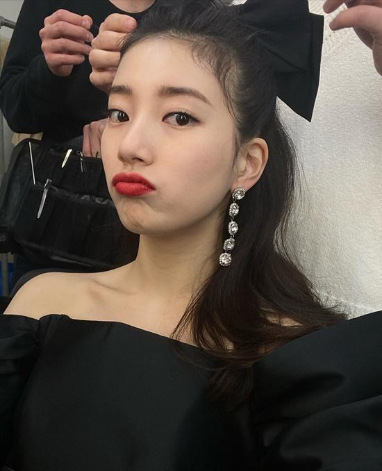 Chụp ảnh quảng cáo mỹ phẩm, Suzy liên tục biến hóa tạo hình, khi thì cột nơ to điệu đà để có diện mạo như công chúa...