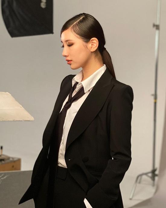 ... khi lại đóng bộ vest đen cool ngầu, mạnh mẽ.