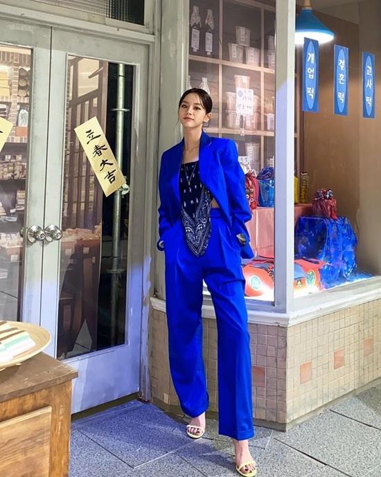 Hye Ri mặc yếm bên trong bộ vest xanh coban tạo tổng thể cá tính.