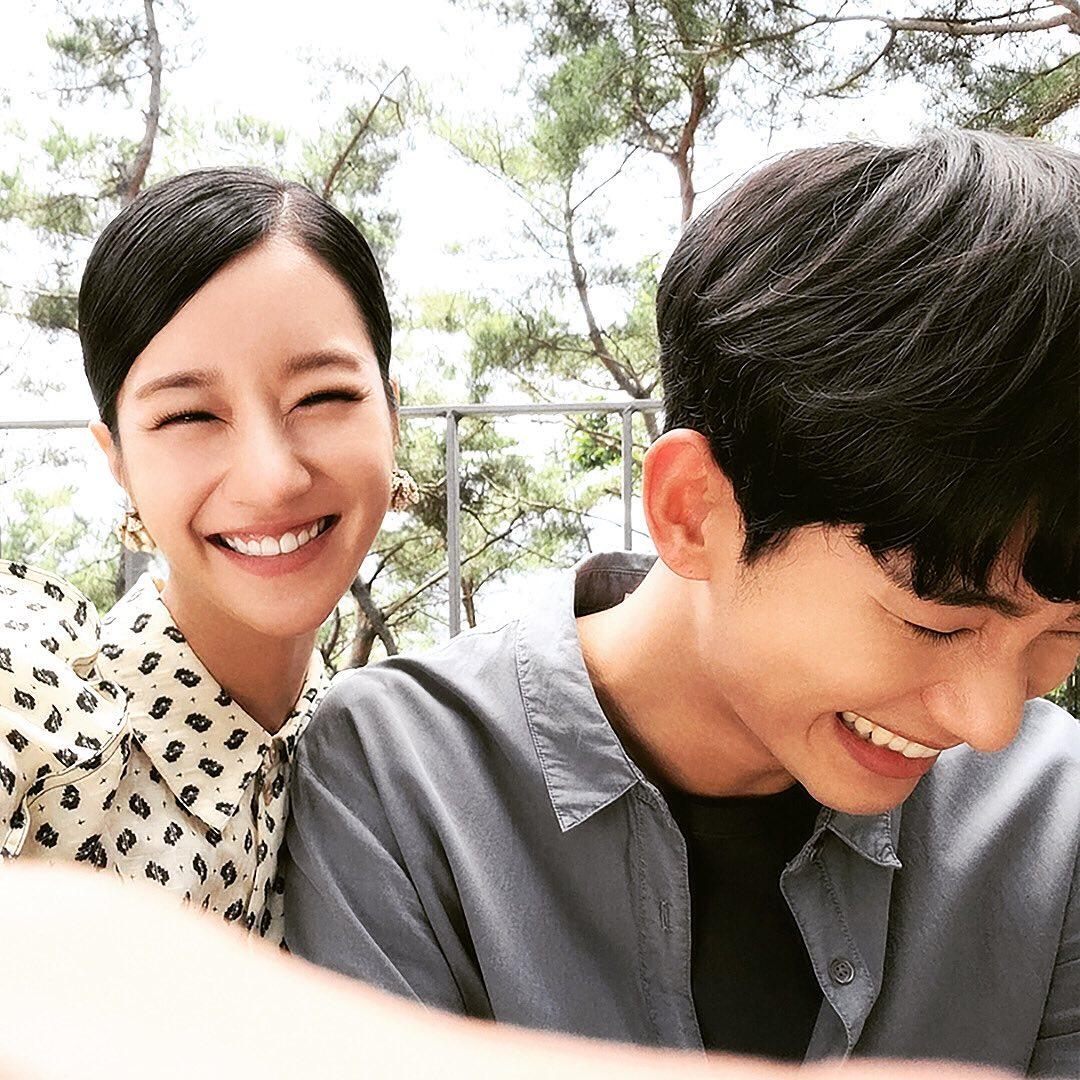 Kim Soo Hyun và Seo Ye Ji cười tít mắt, dựa sát nhau trong hậu trường Điên thì có sao khiến các fan nô nức đẩy thuyền.