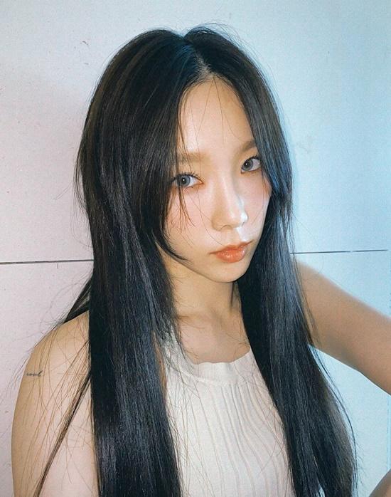 Tae Yeon đeo lens xám cuốn hút. Các fan đang mong đợi nữ idol comeback khi cô đổi màu tóc.