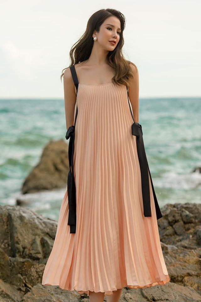 Diệp Lâm Anh mát mẻ với váy xếp ly - kiểu đồ được nhiều sao yêu thích khi ra biển năm nay.