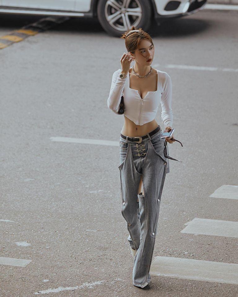 Ngọc Trinh tự tin chinh phục kiểu quần jeans chắp vá lạ mắt.