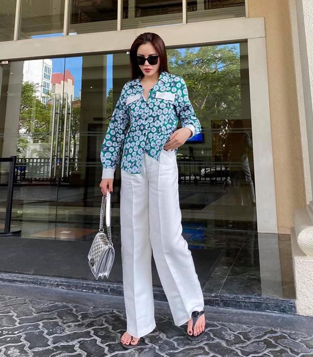 Kỳ Duyên mặc sơ mi dài tay và quần ống rộng, tạo nên set đồ che nắng tuyệt đối khi ra phố ngày hè.