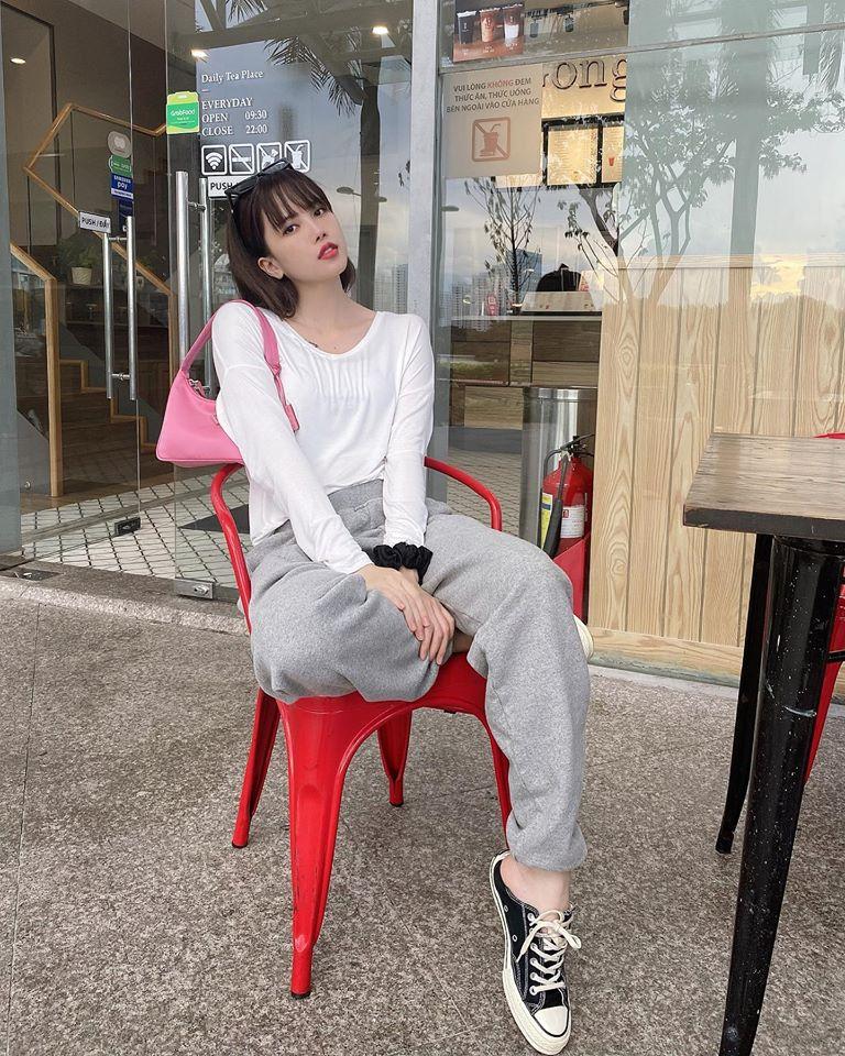 Thiều Bảo Trâm tạo hình ảnh gần gũi, dễ thương khi diện áo thun và quần nỉ. Set đồ của cô nàng được tạo điểm nhấn bằng chiếc túi xách hồng.