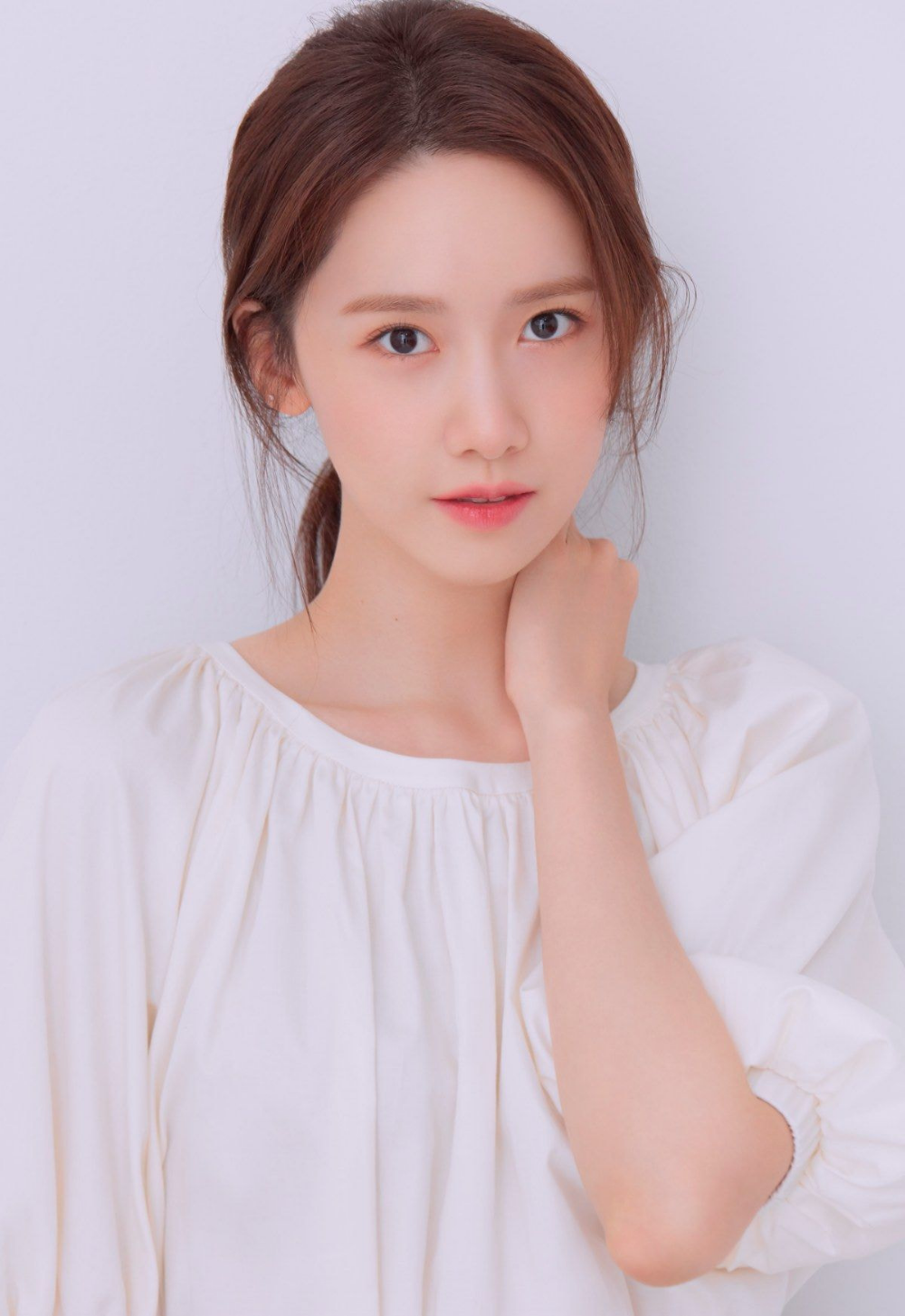Yoona sinh năm 1990, debut năm 2007 với tư cách thành viên SNSD. Vẻ đẹp trong sáng tự nhiên của Yoona giúp cô được đánh giá là một trong những mỹ nhân tiêu biểu nhất của dàn sao nữ nhà SM.