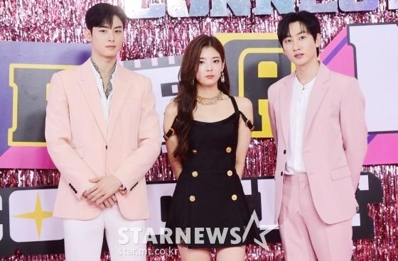 Thảm đỏ Dream Concert: Lia khoe bờ vai trứ danh bên Cha Eun Woo
