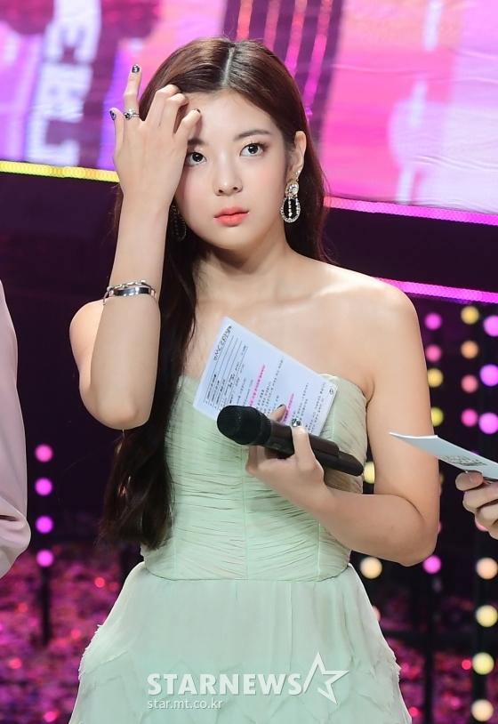 Thảm đỏ Dream Concert: Lia khoe bờ vai trứ danh bên Cha Eun Woo - 4