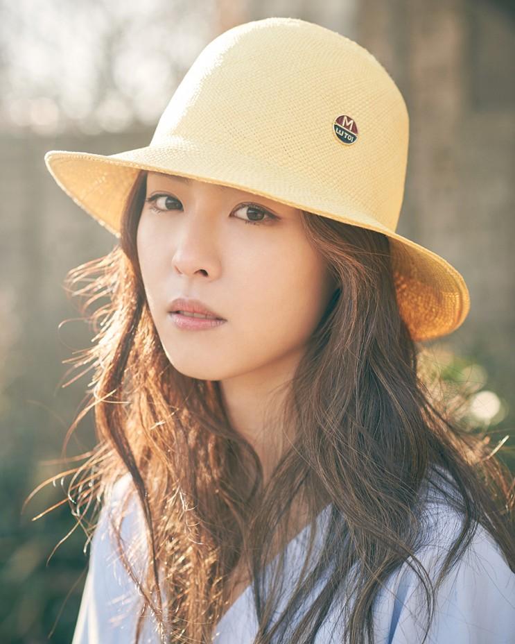 Lee Yeon Hee sinh năm 1988. Cô là nữ diễn viên, người mẫu Hàn Quốc trực thuộc SM Entertainment. Mỹ nhân họ Lee được gọi là gà cưng số 1 của SM khi được công ty ưu ái trong nhiều dự án lớn nhỏ. Nữ diễn viên được bình chọn thuộc top những visual tình đầu quốc dân xứ Hàn.