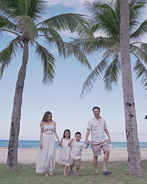 Cả gia đình cùng diện đồ trắng đồng điệu, đi chơi ở biển.