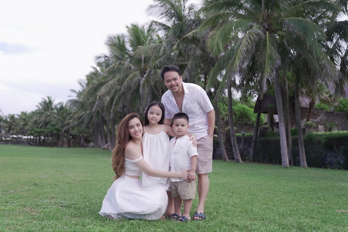 Trang Nhung chia sẻ: Sau thời gian ở nhà tránh dịch và các bé được nghỉ hè nên vợ chồng tôi tranh thủ để cả nhà cùng đi chơi với nhau một chuyến. Gia đình lựa chọn những địa điểm du lịch an toàn để các con có thể tung tăng bay nhảy.