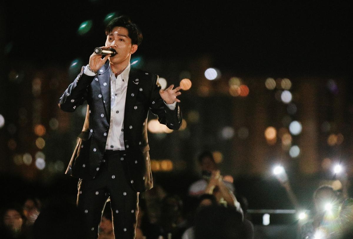 Đặc biệt nhất, phần cuối chương trình, Tăng Phúc lần đầu diễn live ca khúc vừa cho ra mắt MV Tìm nhau không (sáng tác Huỳnh Quốc Huy). Giọng ca cảm xúc, đầy da diết của 9x khiến người nghe sởn da gà.