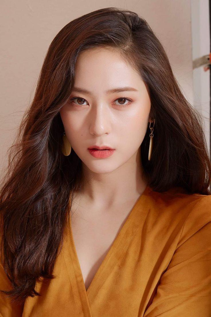 Krystal sinh năm 1994, debut năm 2009 trong đội hình f(x). Vẻ đẹp lạnh lùng sang chảnh là thương hiệu đặc trưng khó nhầm lẫn của Krystal giữa dàn mỹ nhân SM.