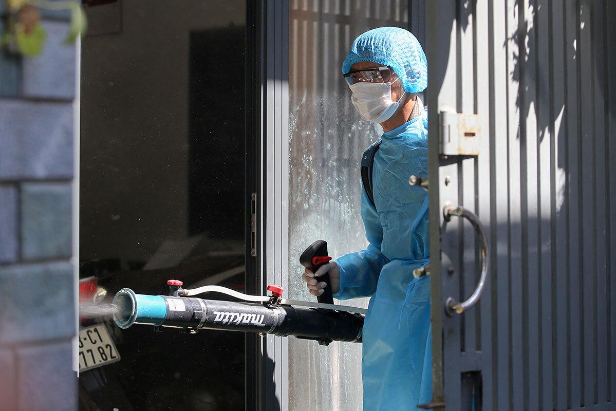 Phun khử khuẩn tại các địa điểm người nhiễm Covid-19 từng đến. Ảnh: Đắc Thành