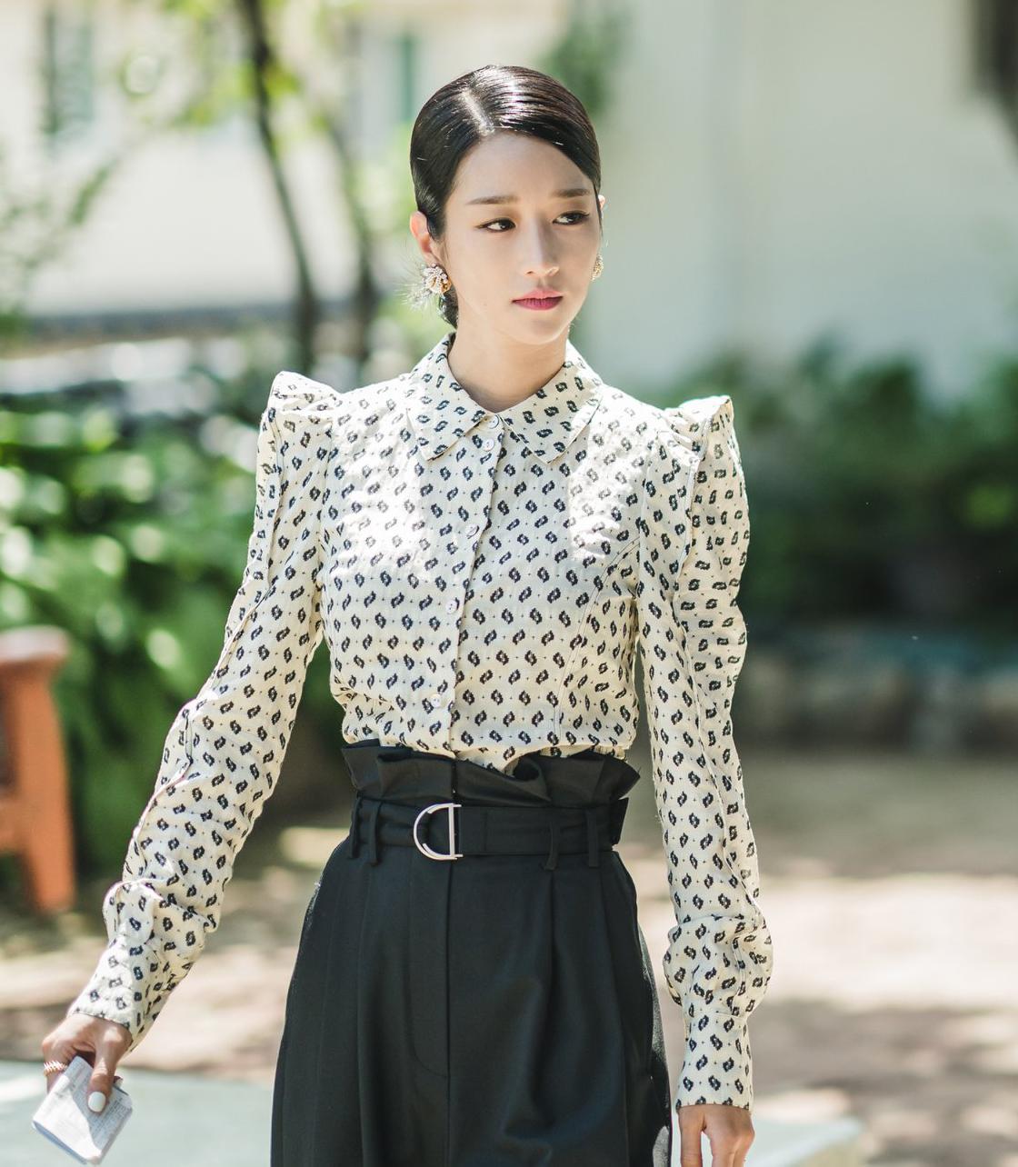 Trang phục độn vai giúp tôn lên nét đẹp sang chảnh, quý phái của Seo Ye Ji, rất ăn ý với hàng loạt phụ kiện bạc tỷ mà cô sử dụng.
