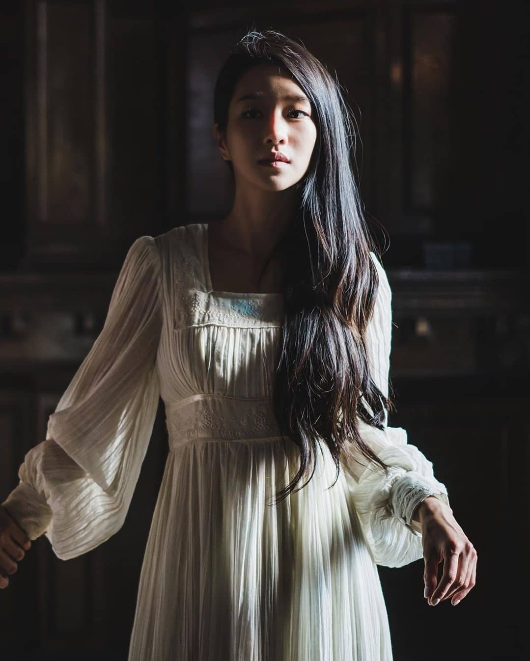 Tuy nhiên, khác với màu sắc u ám của những bộ cánh được Moon Young diện ra phố, ở nhà cô thường trung thành với tông trắng. Điều này cũng là một ẩn ý của đoàn làm phim, cho thấy khi không còn những người xung quanh, nữ chính mới dám lộ rõ tâm hồn mong manh, yếu đuối và cũng rất ngây thơ.