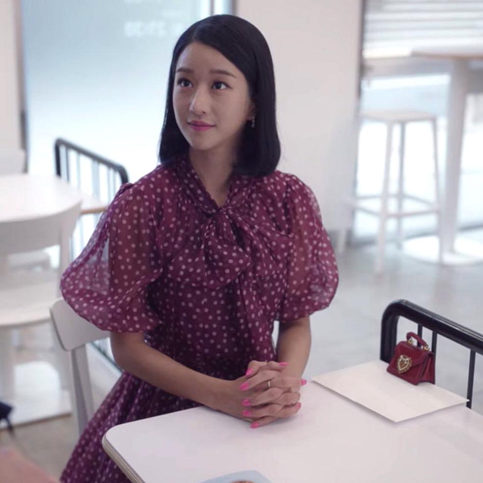 Trong những buổi hẹn hò với Kang Tae, Moon Young còn diện váy áo hoa lá, họa tiết chấm bi dễ thương, cho thấy một con người mới hoàn toàn.