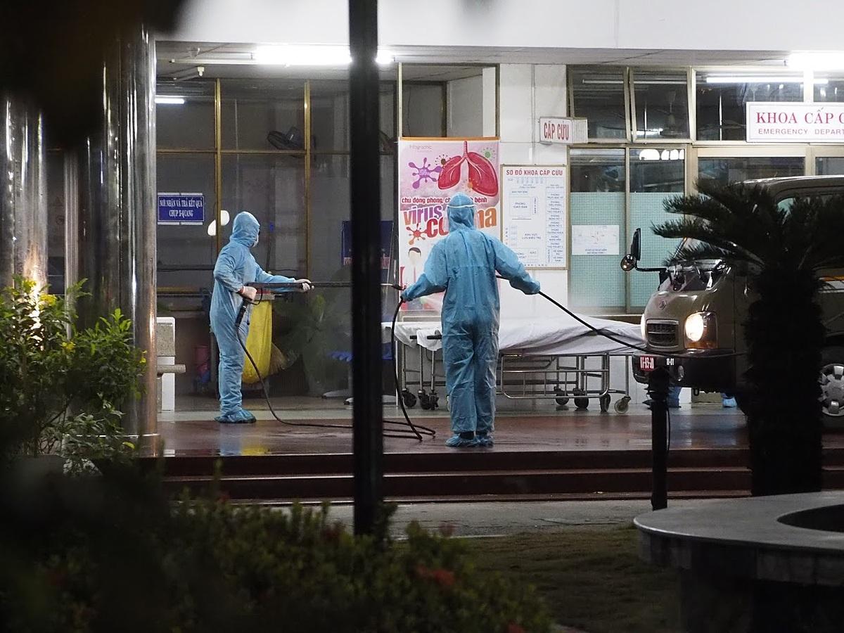 Phun khử khuẩn Bệnh viện C và Bệnh viện Đà Nẵng trong đêm 26/7. Ảnh: Khôi Trần
