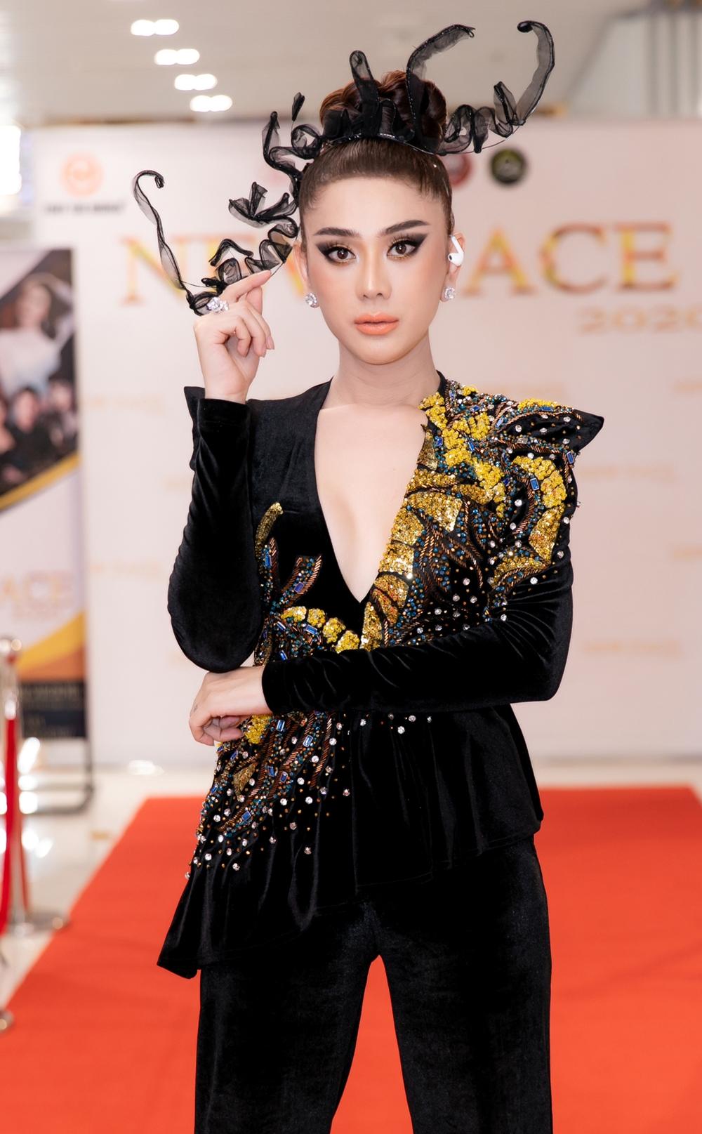Cô chọn diện suit ôm sát cơ thể, được xẻ ngực sâu kết hợp họa tiết điểm nhấn màu vàng kiêu sa.