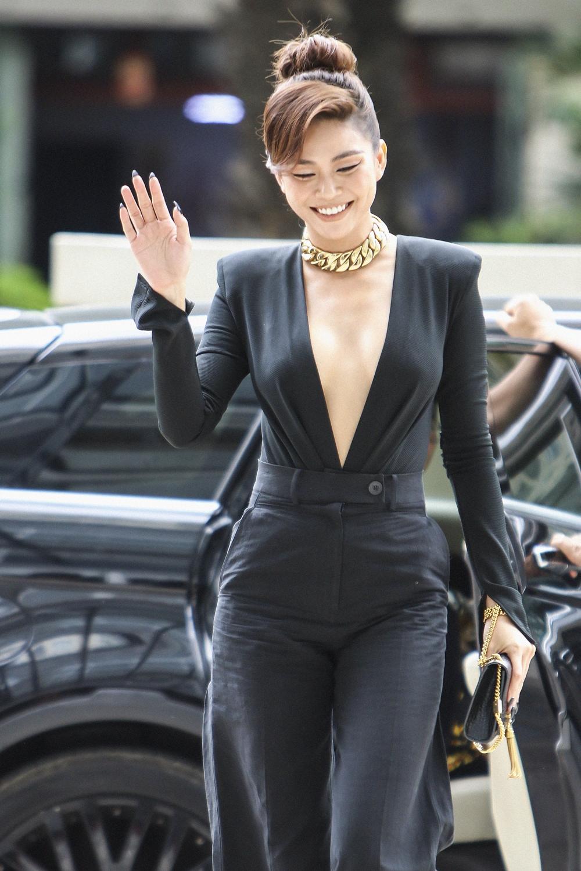 Vị trí ghế nóng còn chào đón Á hậu Mâu Thủy. Cô chọn diện jump-suit cổ điển được xẻ ngực sâu và tay áo dài.