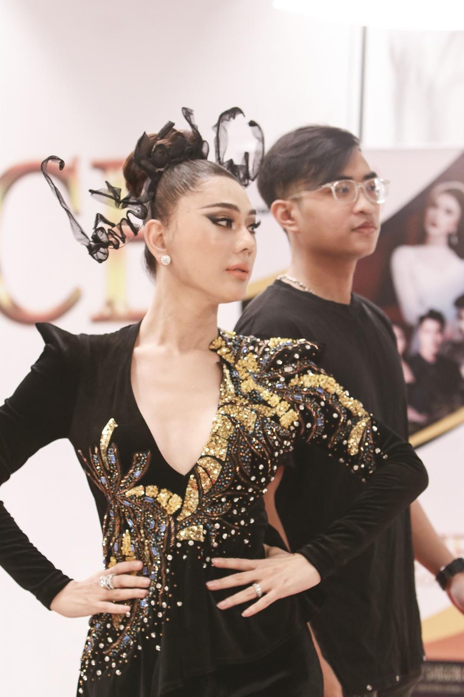 Lâm Khánh Chi chứng tỏ bản lĩnh khi có màn catwalk để thị phạm cho các thí sinh.