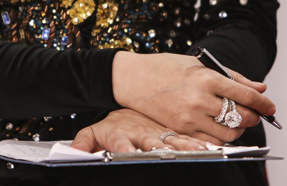 Cô mix trang phục với các phụ kiện kim cương siêu to khổng lồ gồm nhẫn 15 ly, vòng tay, hoa tai. Lâm Khánh Chi tiết lộ giá trị của bộ trang sức lên đến hàng chục tỷ đồng. Đây là quà hồi môn của bố mẹ tặng lúc cô đi lấy chồng.