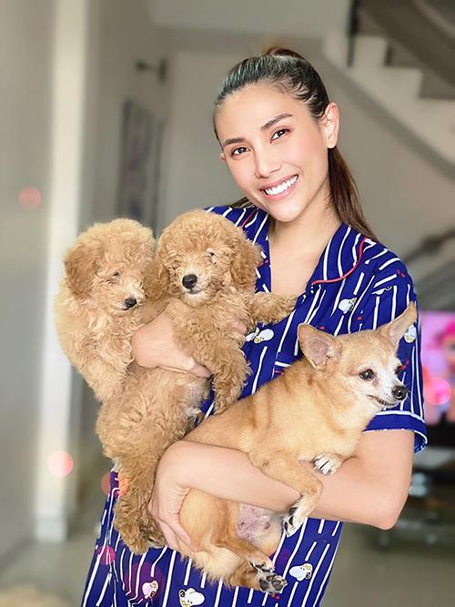 Võ Hoàng Yến rạng rỡ bên ba chú cún cưng ở nhà.