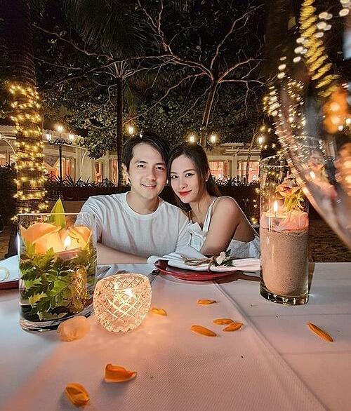 Vợ chồng Ông Cao Thắng - Đông Nhi tận hưởng không gian riêng tư lãng mạn bên bờ biển.