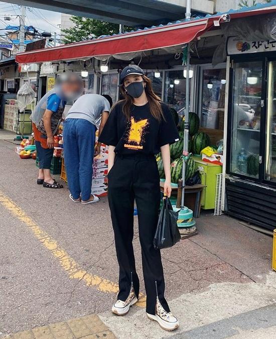 Dara mặc áo phông Pikachu xì tin đi chợ.