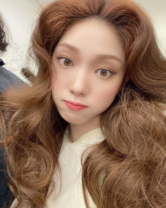 Lee Sung Kyung làm tóc xoăn bồng bềnh xinh đẹp.