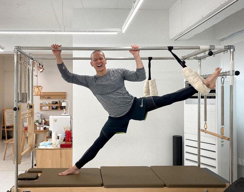Peniel (BTOB) tập pilates để tăng độ dẻo dai nhưng kêu trời vì khó quá. Biểu cảm cười mếu của anh chàng khiến fan không nhịn được cười.